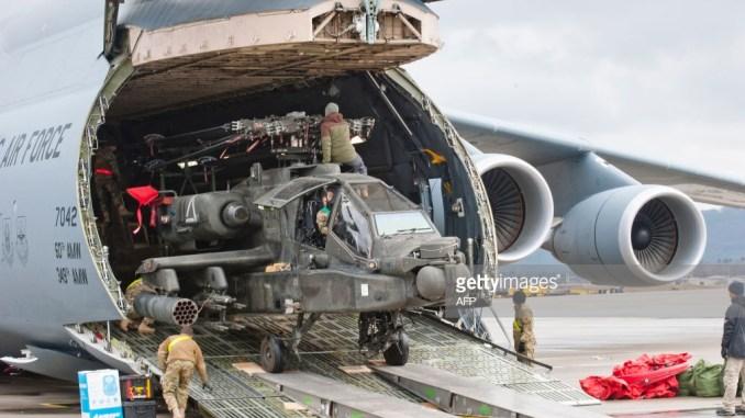 """عملية تفريغ طائرة هليكوبتر هجومية من طراز """"أباتشي"""" من على متن طائرة النقل """"سي-5"""" تابعة لسلاح الجو الأميركي في القاعدة الجوية الأميركية في رامشتاين، غرب ألمانيا، في 22 شباط/فبراير 2017 (AFP)"""