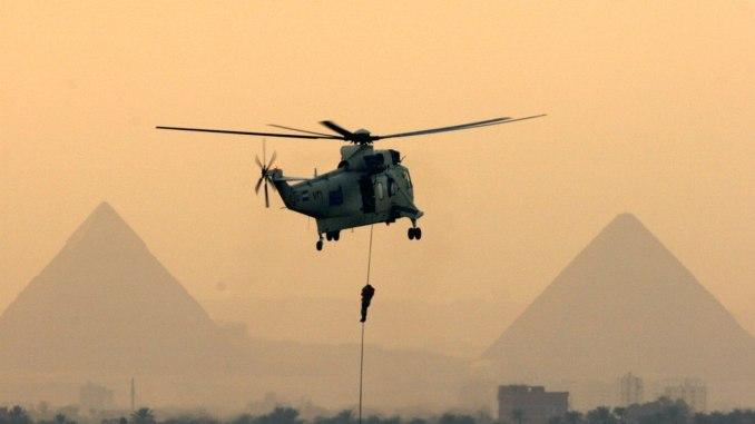 كوماندوز مصرية تقفز من طائرة مروحية إلى النيل أمام الأهرامات العظيمة خلال عرض النيل العسكري في القاهرة، مصر في 17 أكتوبر 2007 (AP)