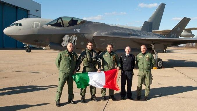 أفراد من سلاح الجو الإيطالي يحتفلون بعد أن دخلت طائرة F-35A Lightning II تاريخ الطيران من خلال إكمال أول معبر من نوع F-35 عبر المحيط الأطلسي، وصولًا إلى محطة الطيران البحرية في نهر Patuxent، في مدينة ماريلاند، من قاعدة Cameri الجوية في إيطاليا في 5 شباط/فبراير 2016. (آندي وولف/البحرية الأميركية)