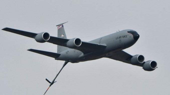 طائرة صهريج للتزود بالوقود من طراز بوينغ KC-135 خلال مناورات للقوات الجوية في القاعدة الجوية العسكرية لـ Starokostyantyniv في 12 أكتوبر 2018 (AFP)