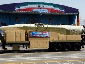 """الصاروخ الإيراني """"خورامشهر"""" خلال العرض العسكري السنوي بمناسبة الذكرى السنوية لاندلاع الحرب المدمرة 1980-1988 مع العراق، في 22 أيلول/سبتمبر 2017 في طهران (AFP)"""