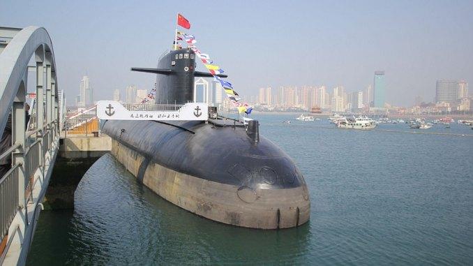 غواصة نووية صينية من طراز Type 091 خلال عرضها في 1 آذار/ مارس 2017 في المتحف البحري الصيني شرق مقاطعة شاندونغ الصينية.