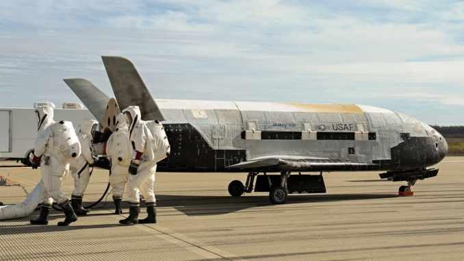 طاقم المركبة الفضائية X-37B Orbital Test Vehicle في قاعدة فاندنبرغ للقوات الجوية بعد إكمالهم 674 يوما في الفضاء (شركة بوينغ)