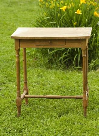 1376130284_dekupaj-jurnalnogo-stola Как из салфеток сделать декупаж стола. Такой декупаж журнального столика может сделать каждый. Инструменты и материалы