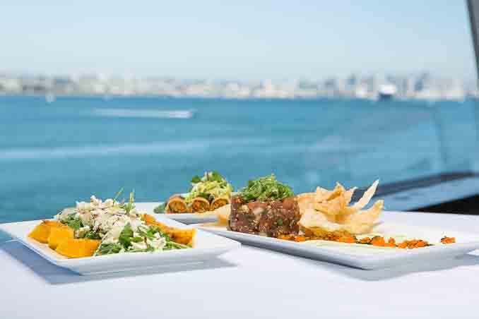 Bali Hai餐厅的周日早午餐Sunday Brunch Buffet中的精美食品,背景为美丽的Mission Bay。