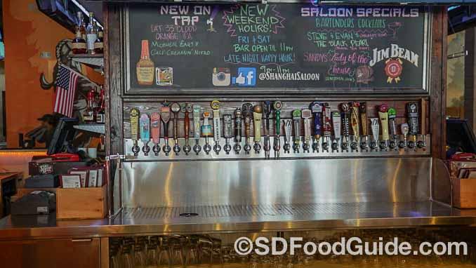 锅贴店-上海滩(Dumpling Inn-Shanghai Saloon)内提供30多种精酿啤酒。(摄影:李旭生)