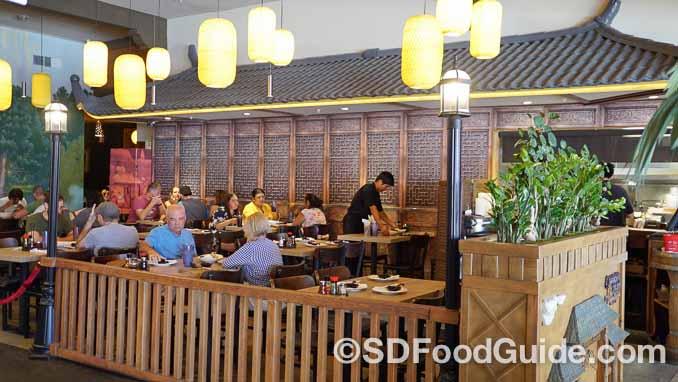锅贴店-上海滩(Dumpling Inn-Shanghai Saloon)的装潢庄重典雅,颇具怀旧情怀。(摄影:李旭生)