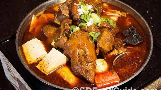 "UniBoil""煮道""小火锅圣地亚哥分店8月27日新张。图为特色招牌菜""麻辣猪手锅""。(摄影:杨婕)"
