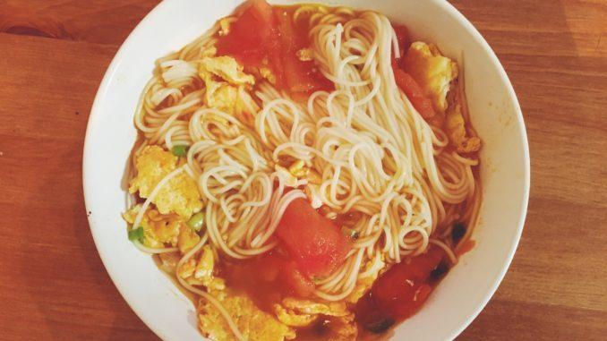 简单易做的番茄煎蛋面,美味可口,颜色鲜艳。
