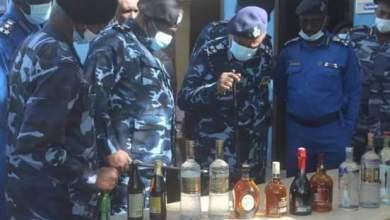الشرطة تضبط حاويتين معبأتين بخمور مهربة