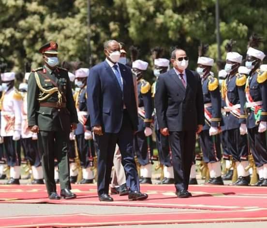 رئيس مجلس السيادة يستقبل الرئيس المصري بالقصر الجمهوري