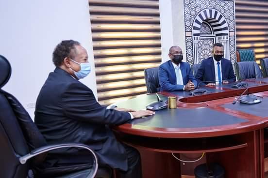 عاجل : حمدوك يتسلم أول بطاقة فيزا صادرة في البلاد