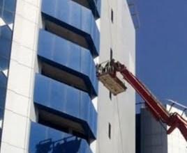 الدفاع المدني ينقذ عاملين اثنين علقا بالطابق التاسع ببرج بنك السودان بالمقرن