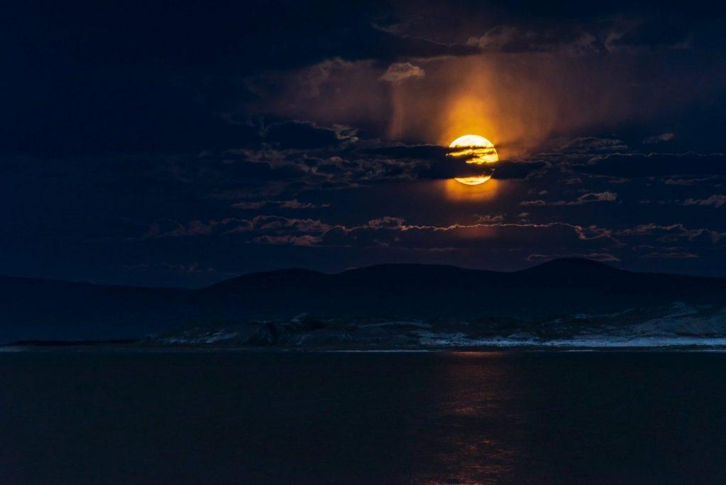 Hon - Shuwen Lisa Wu - Moonrise over Mono Lake