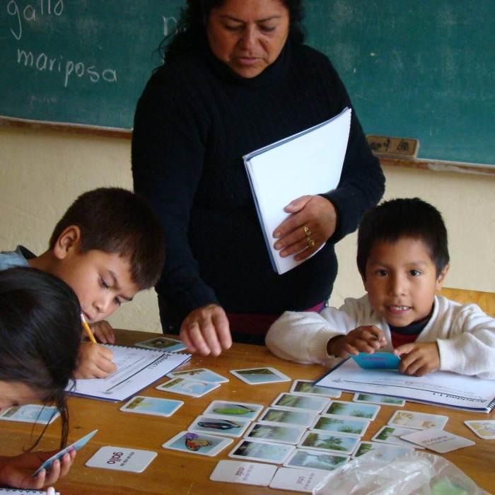 Maestra y NIÑOS EN AULA. Ciencia, eduacación y comunidades indigenas