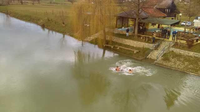 Na Kordunu tradicionalno plivanje za ČASNI KRST