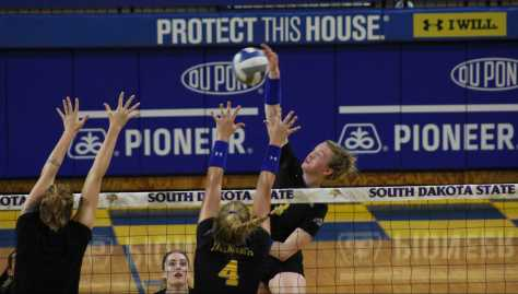 Volleyball picks up third win in Florida