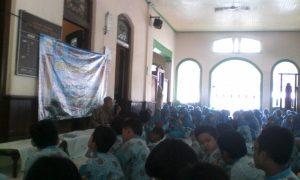 Kelas V dan VI melakukan semaan Alquran di serambi Masjid Tegalsari
