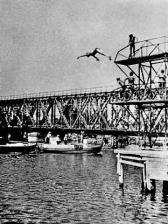 Прыжки в воду со старого моста были любимым времяпровождением местных мальчишек