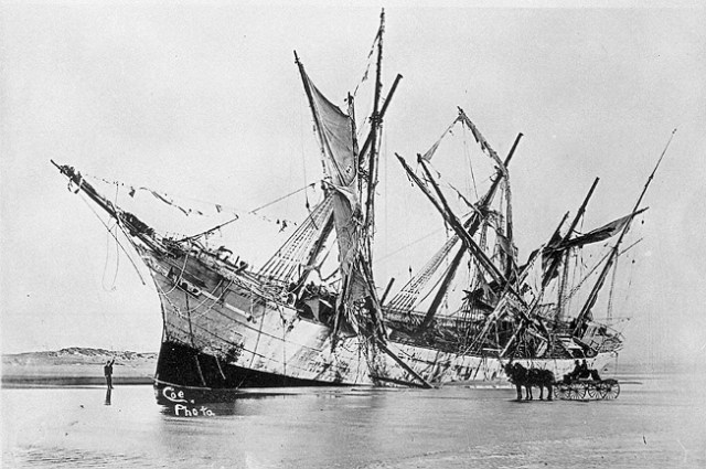 The wreck of the Peter Iredale on Clatsop Beach in 1908