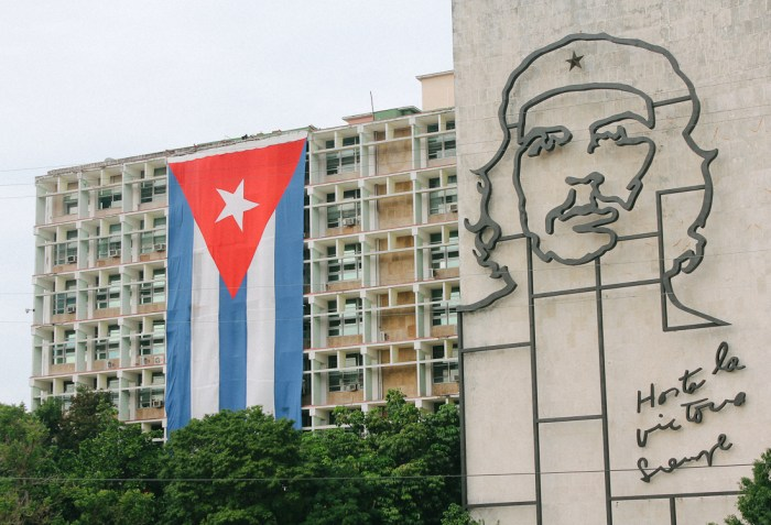 drapeau cubain et che guevara la havane