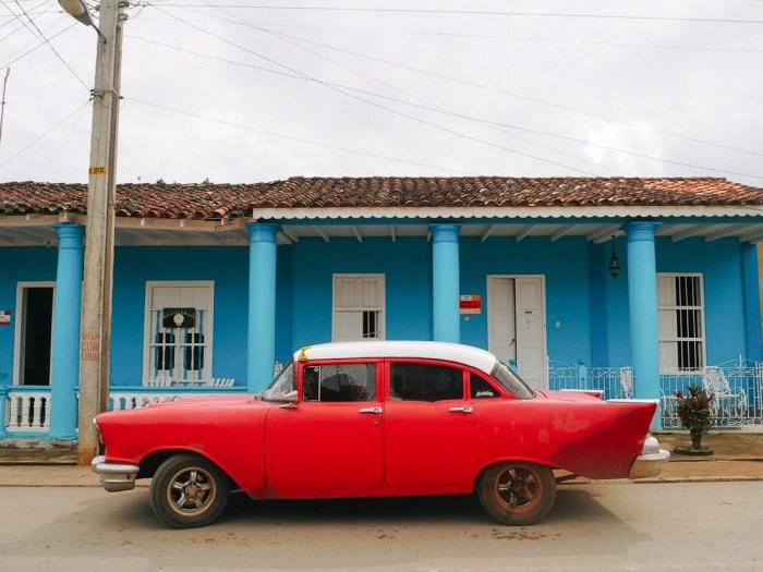 maison et voiture colorée à vinales