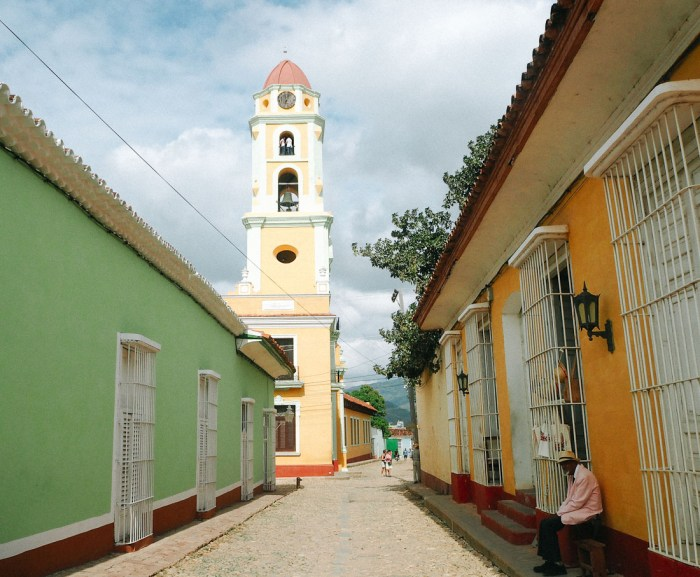 rue et clocher à trinidad cuba