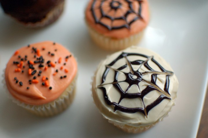 simple halloween cupcakes decorating ivesensemble