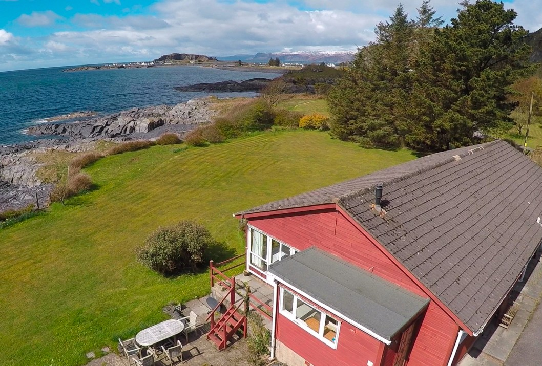 Holiday cottage near Oban overlooking Mull