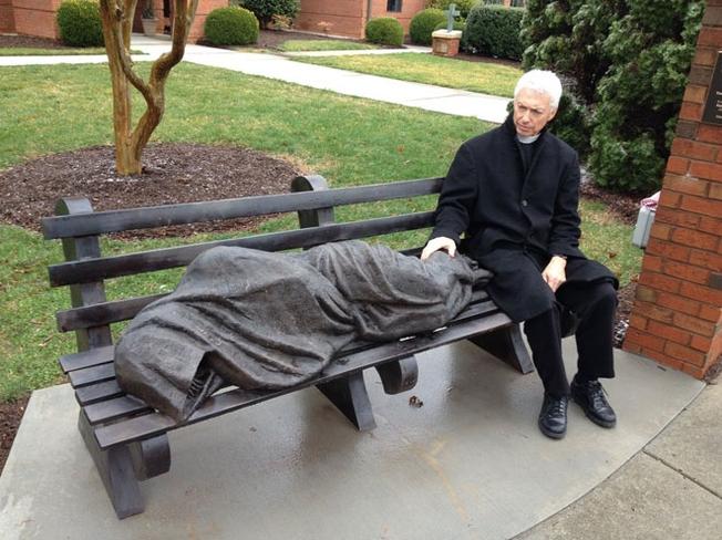 Estátua de 'Jesus sem-teto' assusta moradores de bairro rido nos EUA