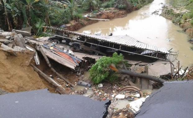 Chuvas no Espírito Santo: Asfalto cede e casa desaba após chuva na Serra - 1