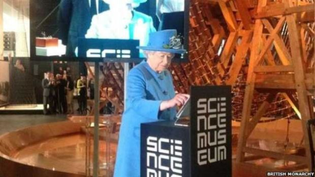 Aos 89 anos, Rainha da Inglaterra tuíta pela primeira vez