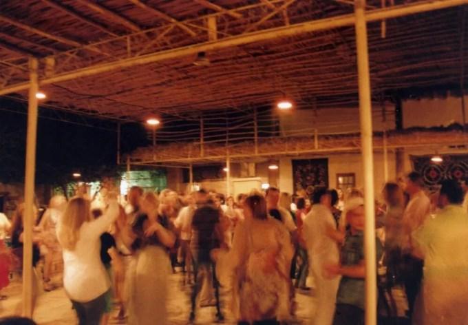 ホテルに戻る途中、ウズベク音楽とダンスのパーティーに出くわす