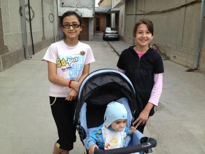 女の子と赤ちゃん(サマルカンドの路地裏にて)【ウズベキスタン(サマルカンド)】