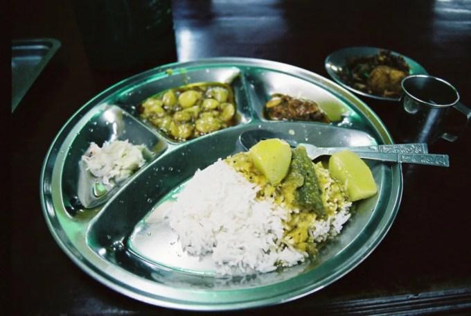 ダウンタウンのインド料理屋でターリーを食べる。コーラと合わせ2400K(約240円)【ミャンマー(ヤンゴン)】