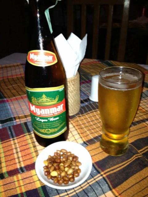 うまいミャンマー・ビール。夕食はタイ・レストランにて