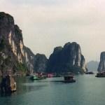 エメラルドグリーンの海に突き出た2000の奇岩、ハロン湾【ベトナム】