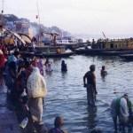 生と死が渾然一体となった小宇宙、ガンジス川沿いの聖地「バラナシ」の街【インド】