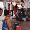 コルカタの渡し舟に居たキャンディー売りと物乞いと靴磨き2人【インド】