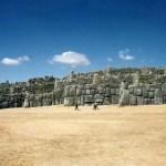 「サクサイワマンの遺跡」積み上げられた巨大な石組みと、クスコの街のパノラマ【ペルー】