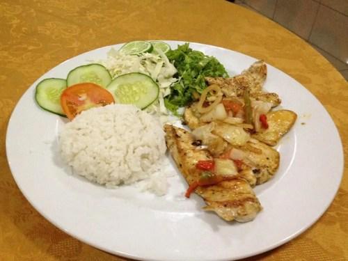 ホテル近くの食堂で夕食。チキンの定食。 【キューバ Cuba】