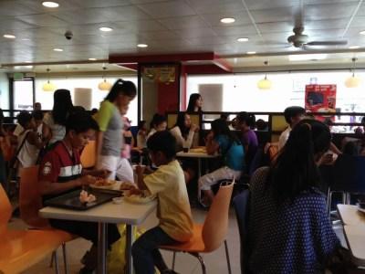 フィリピン、ラワグ。ラワグのファーストフード店、ジョリビーでランチ