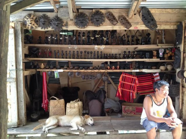 フィリピン、バナウェ。バタッド村から再び2時間のトレッキング、トライシクルの置き場からバナウェまで戻る。途中にあった土産物屋