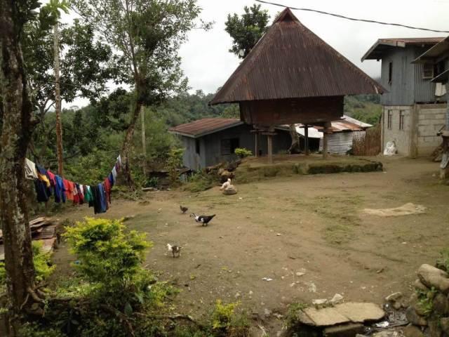 フィリピン、バナウェ。ホテルから階段を降りて10分、タムアン村へ。
