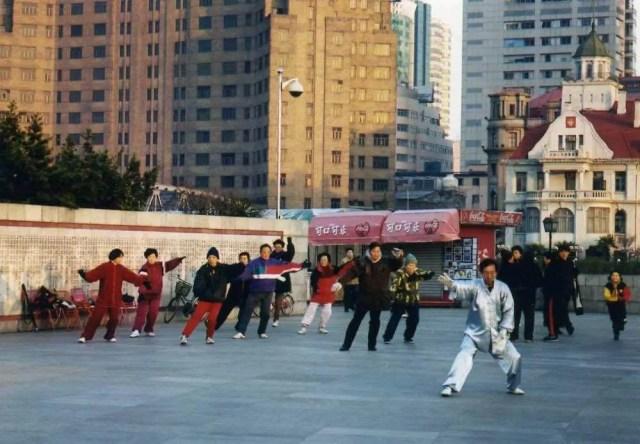 太極拳をする銀色の達人【上海、外灘の朝】