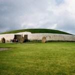 緑の丘の上に立つ巨大古墳「ニューグレンジ」(ボイン渓谷の遺跡群)【アイルランド】
