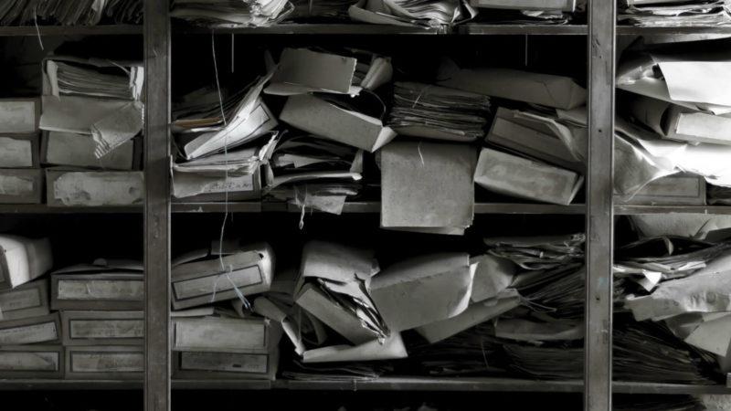shelf-messy-books-clutter-ss-1920