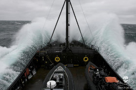editorial-150612-1-the-mv-steve-irwin-navigates-through-huge-swells-in-antarctica-280w