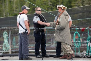 news-170824-1-1-SA-Ernest-shakes-hands-with-RCMP-he-knows-them-and-teaches-their-kids-002-7663-1200w.jpg