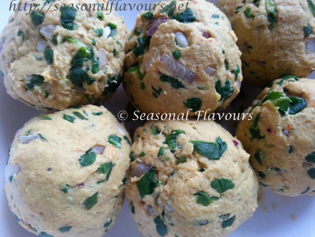Form balls from the dough for fenugreek paratha recipe